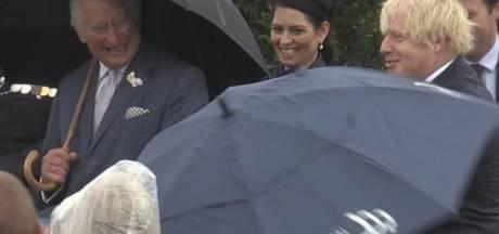 Boris Johnson et son parapluie font rire le prince Charles et les Anglais