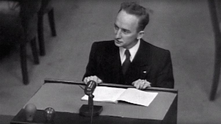 Ben Ferencz als hoofdaanklager van het Einsatzgruppen-proces in Neurenberg (1947-1948): 'Ik heb niet om de doodstraf gevraagd.' Beeld ISOPIX