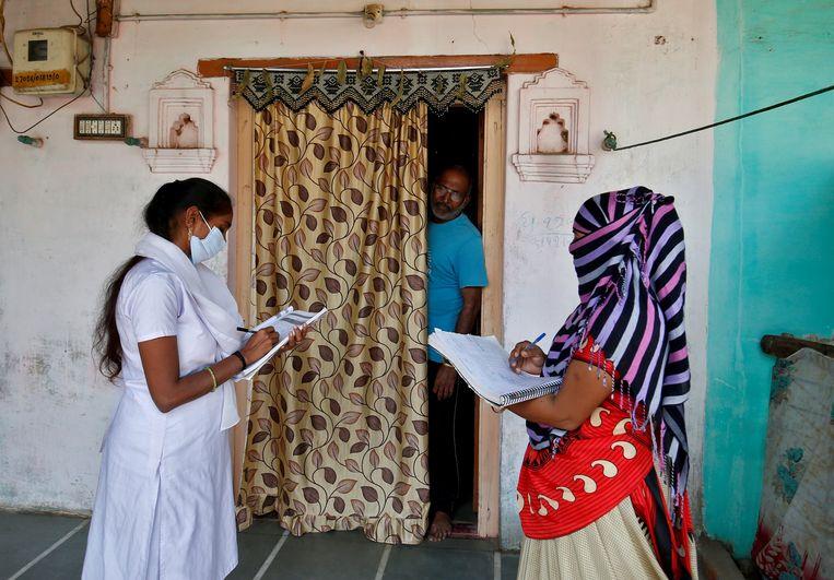 In India gaan zorgmedewerkers langs de deur om gegevens te verzamelen voor de eerste coronavaccins. Beeld Reuters