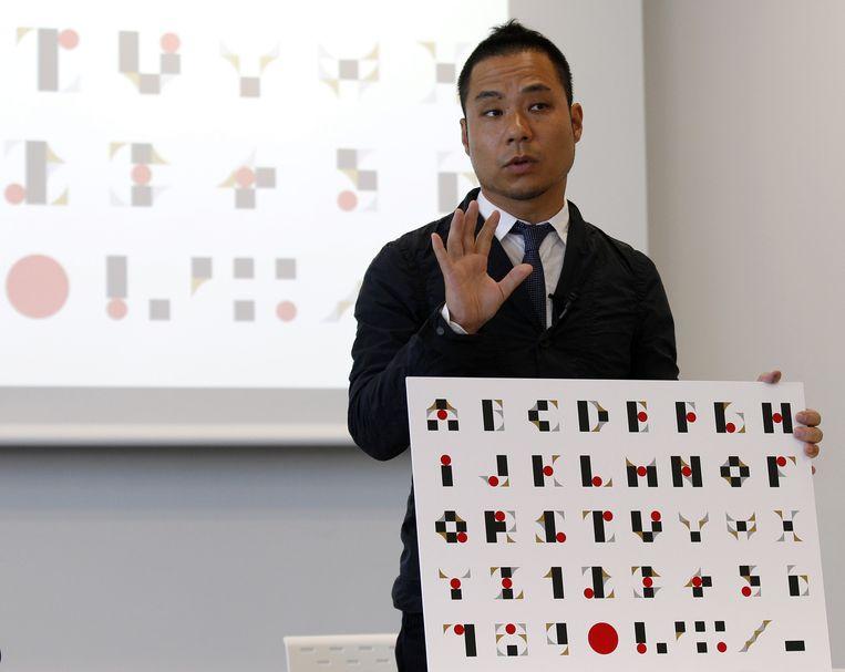Ontwerper Kenjiro Sano legt uit hoe hij het logo voor de Olympische Spelen bedacht. Beeld AP
