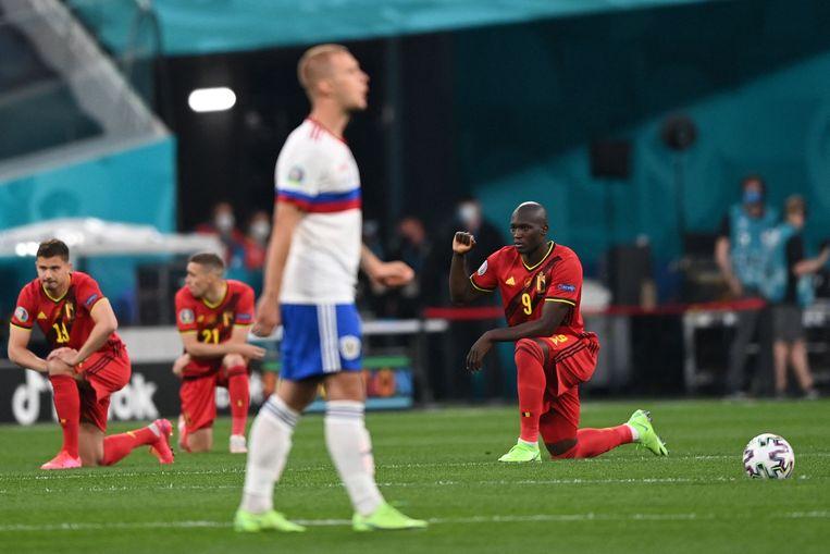 Het Belgisch elftal, met rechts Romelu Lukaku, knielt tegen racisme voor de wedstrijd tegen Rusland.  Beeld AFP
