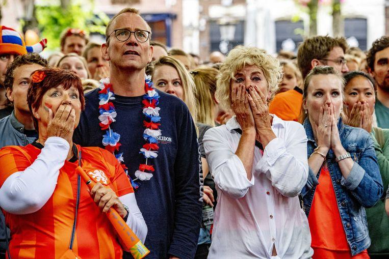 Fans kijken naar de WK-finale tussen de Nederlandse voetbalvrouwen en de Verenigde Staten in 2019.  Beeld ANP