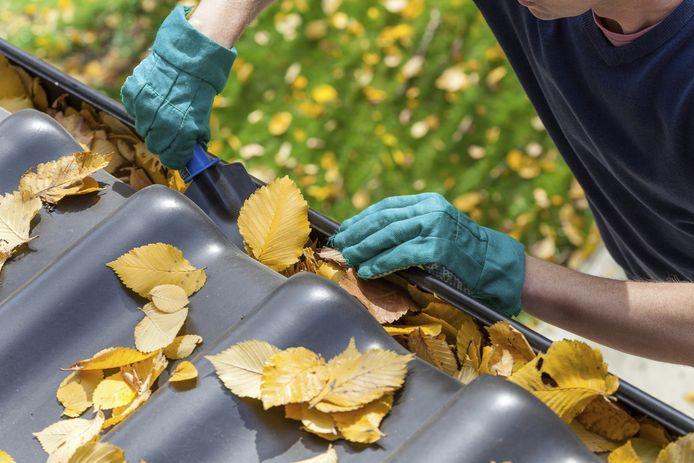 Betaal niet vooraf voor het schoonmaken van de dakgoot, is de tip van de politie.
