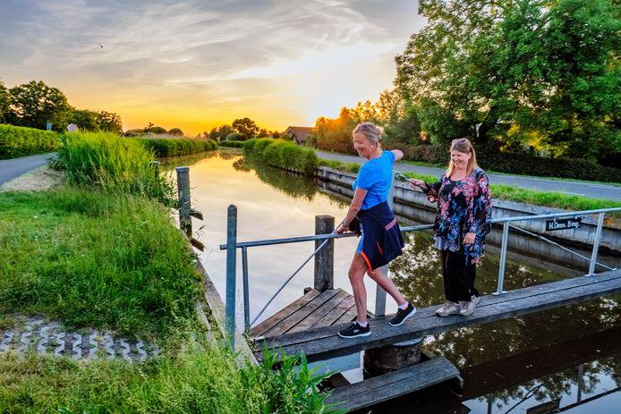 Thea (blauw T-shirt) en Jolande lopen elke dag langs riviertje De Waver met uitzicht op natuurgebied Botshol, maar het gebied is ook zeer geschikt voor een fietstocht.