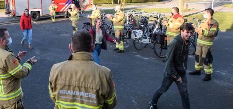 Brandweer Eibergen verwelkomt vier aspirant-collega's met applaus: 'Jongensdroom gaat in vervulling'