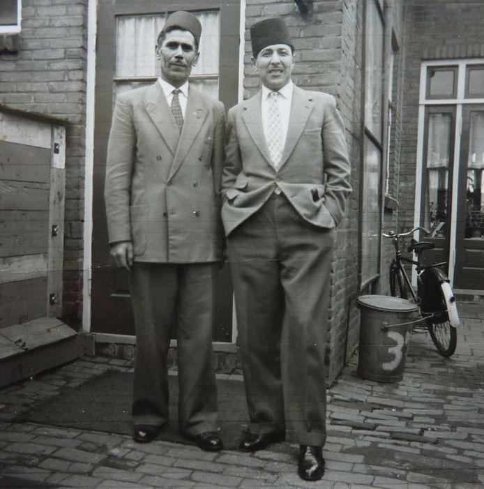 Mamed Mamedov (rechts) poseert na de oorlog in Oisterwijk samen met een andere Azerbeidzjaan.