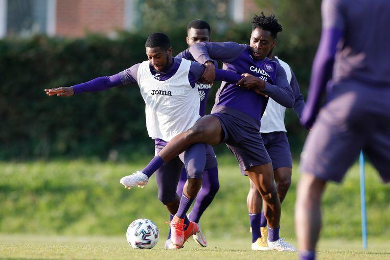 Albert Sambi Lokonga probeert de bal af te pakken van Abdoulay Diaby op training in Neerpede. Beeld Photo News