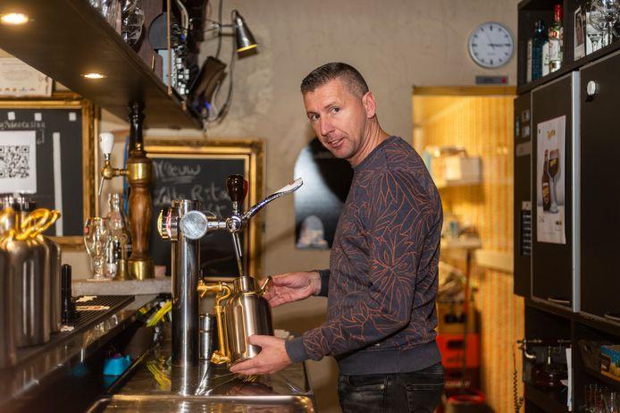 Uitbater Dave Jacobs vult de keteltjes met bier.