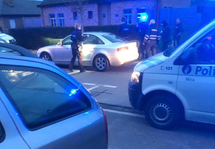 De grijze Audi met Franse nummerplaat reed zich vast in een wegblokkade die de politie van de zone Gavers had opgeworpen.