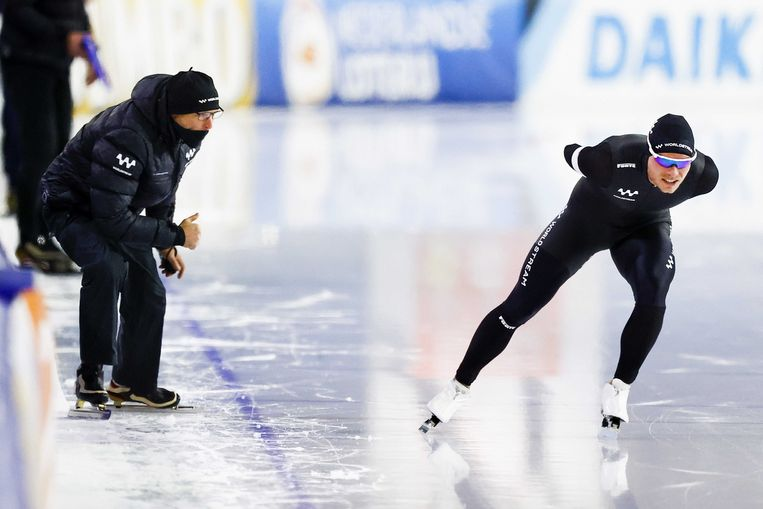 Koen Verweij in actie op de 5000 meter tijdens het NK Allround in Thialf. Links coach Kosta Poltavets.  Beeld ANP
