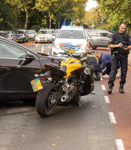 Motorrijder klapt tegen auto in Baarn