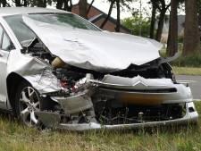 Bestuurder moet uitwijken voor auto die Rijsbergseweg oprijdt bij Breda en botst hard op andere auto