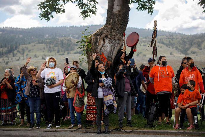 Inheemse Canadezen protesteren voor de kostschool waar de stoffelijke resten van 215 inheemse kinderen werden gevonden.