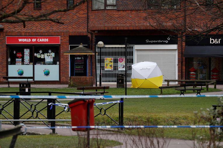 De bank waar Skripal en zijn dochter aangetroffen werden, is verzegeld onder een tent. Beeld AFP