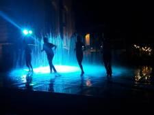Stijldansen tussen het opspuitende water van de fontein op Simonsplein