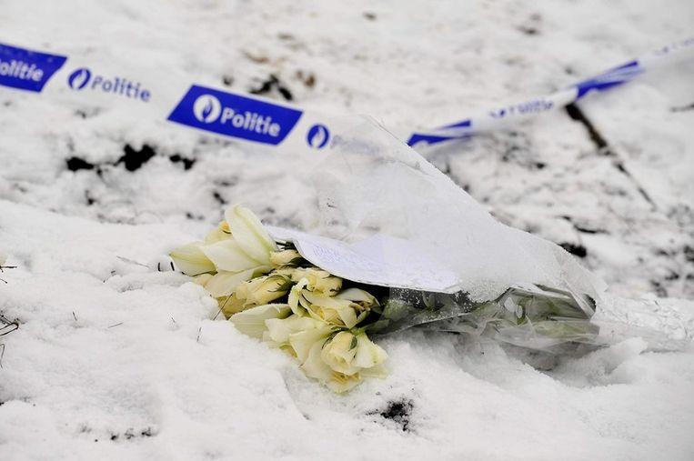 Op de plaats waar de auto van Kevin in brand werd gestoken zijn bloemen neergelegd. Beeld UNKNOWN