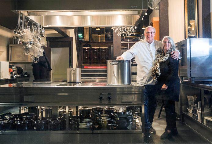 Eric-Jan Fransen met zijn moeder in zijn kookstudio.