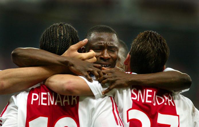 Yakubu  met Pienaar en Sneijder in een duel met AC Milan.