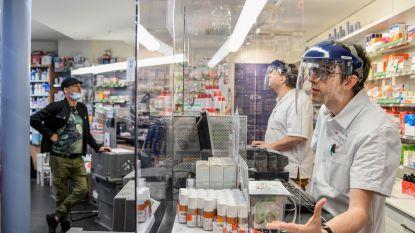 Geen apotheek in oorlogsgebied, wel eentje in coronatijden: personeel achter glas en helm met scherm voor gezicht