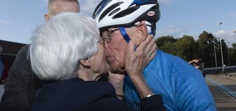 Turbo Theo (86) uit Warnsveld heeft zijn werelduurrecord terug: 'Ik mocht drie dagen mijn fiets niet aanraken'