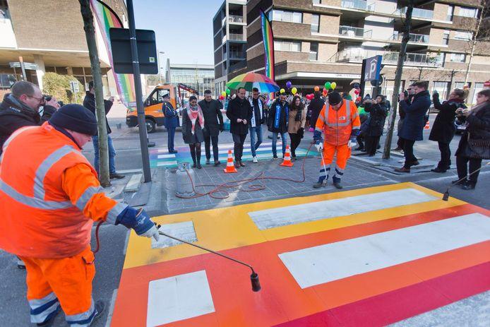 In het centrum van Genk werd op de Dieplaan het eerste regenboogzebrapad van Limburg aangelegd.