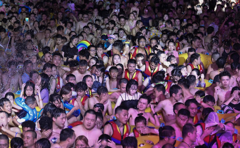 Een uitzinnige massa op het 2020 HOHA Electronic Music Festival van Wuhan. Beeld EPA