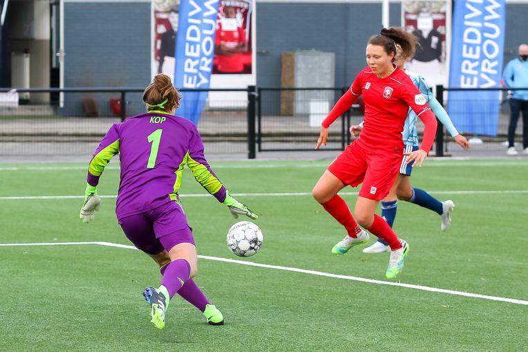 Fenna Kalma maakt de winnende treffer van FC Twente. Ajax-keepster Lize Kop heeft het nakijken. Beeld BSR Agency