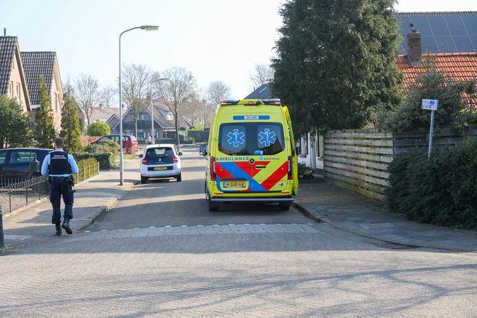 Ambulancepersoneel op de plek van het ongeluk in Wezep.
