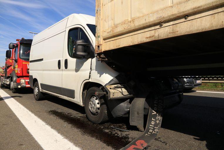 De bestelwagen raakte bij het ongeval zwaar beschadigd, de chauffeur werd gewond.