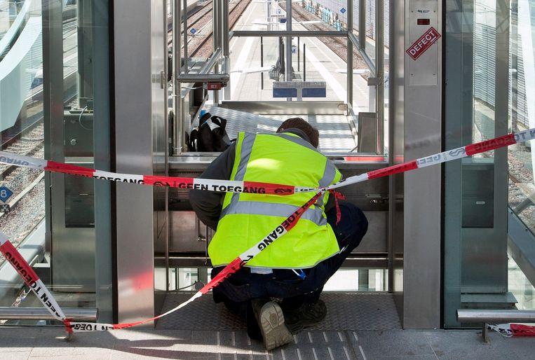 Storingsmonteur aan het werk in een defecte lift op het station in Arnhem. Beeld Hollandse Hoogte / Luuk van der Lee