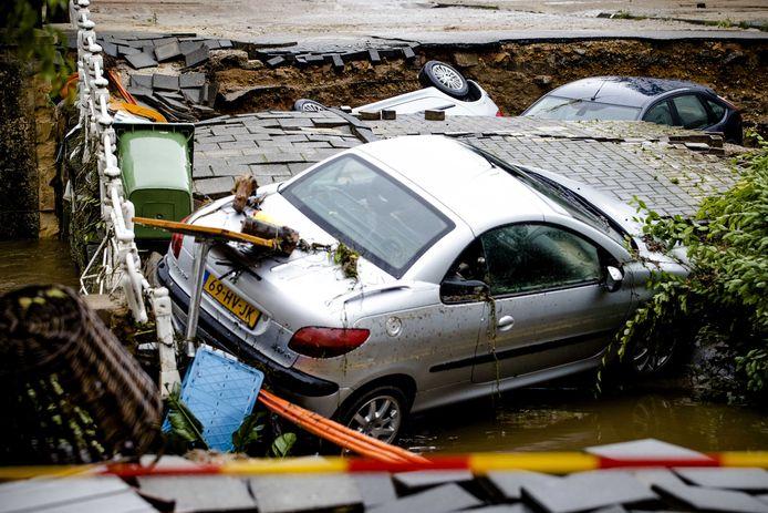 2021-07-16 08:43:33 VALKENBURG - Een brug over de Geul is ingestort. Valkenburg is zwaar getroffen door de wateroverlast. De Geul was daar overstroomd. ANP SEM VAN DER WAL