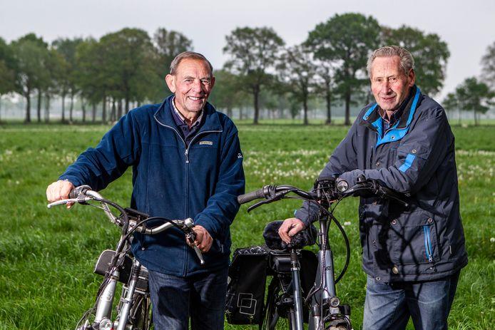 ▲ Fietsmaten Jan Hondshorst (l) en Ben Hollegien doen weer mee aan de vierdaagse. Dankzij hun motortjes durven ze grotere afstanden aan.