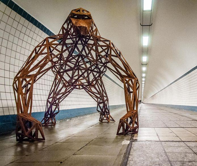 Ook in de voetgangerstunnel staat een metalen gorilla.