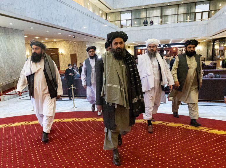Mullah Abdul Ghani Baradar en andere talibanleden komen aan op de conferentie in Moskou. Beeld AP