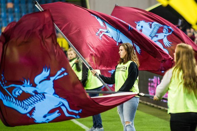 Airborne-vlaggen voorafgaand aan Vitesse-ADO Den Haag, de Airborne-wedstrijd van 2018.