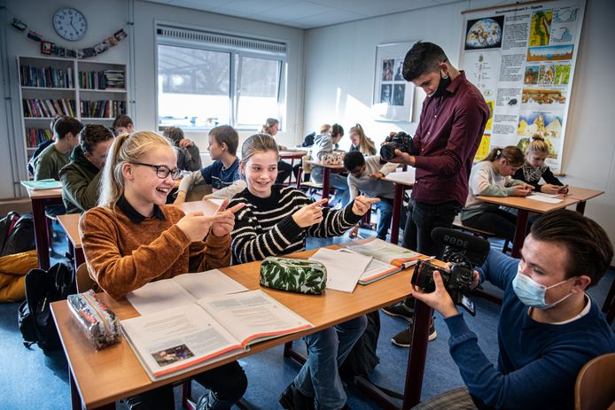 Vier brugklassers van De Schans in Sleeuwijk maken wekelijks een vlog over het reilen en zeilen binnen de school.