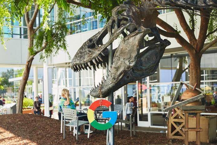 Midden op de Google campus  staat een enorme replica van een T-rex.