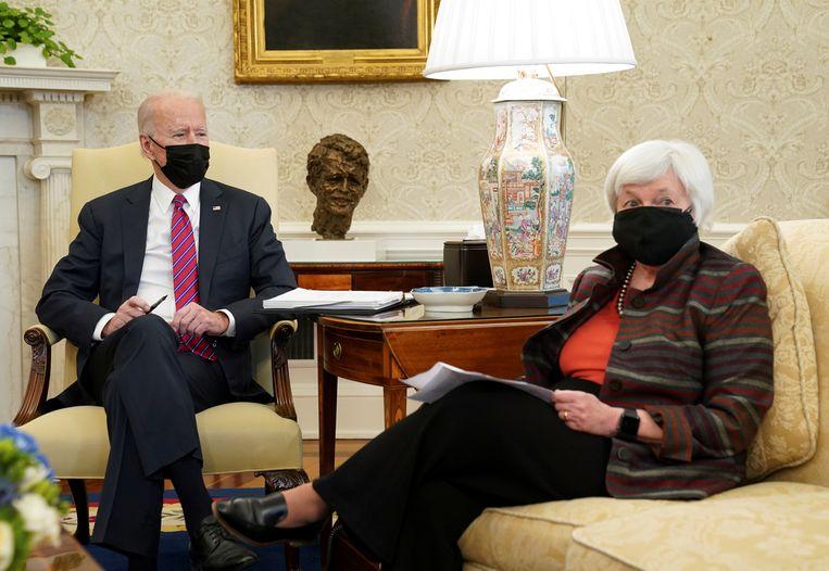 De Amerikaanse president Biden ontvangt minister van Financiën Janet Yellen. Beeld REUTERS