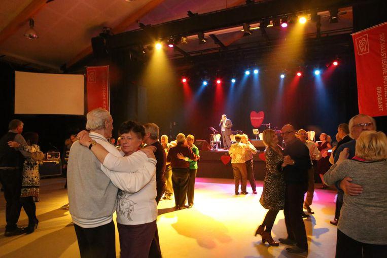 Koppels dansen voor het goede doel op 'Danshart'.