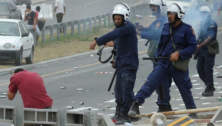 Veiligheidstroepen vuren rubber kogels op een demonstrant. Beeld epa