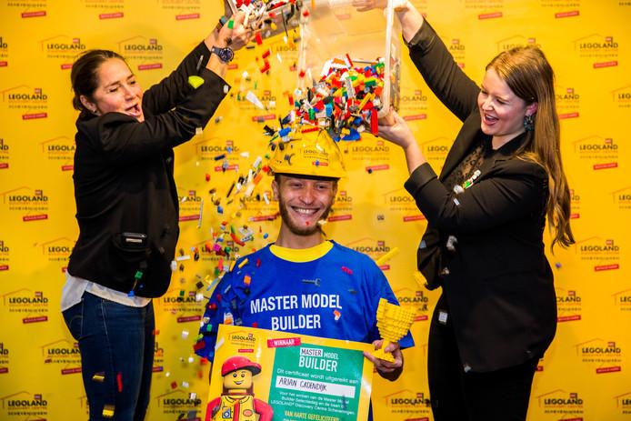 Rotterdammer Arjan Groenendijk krijgt een LEGO-douche na het behalen van de titel Master Model Builder.