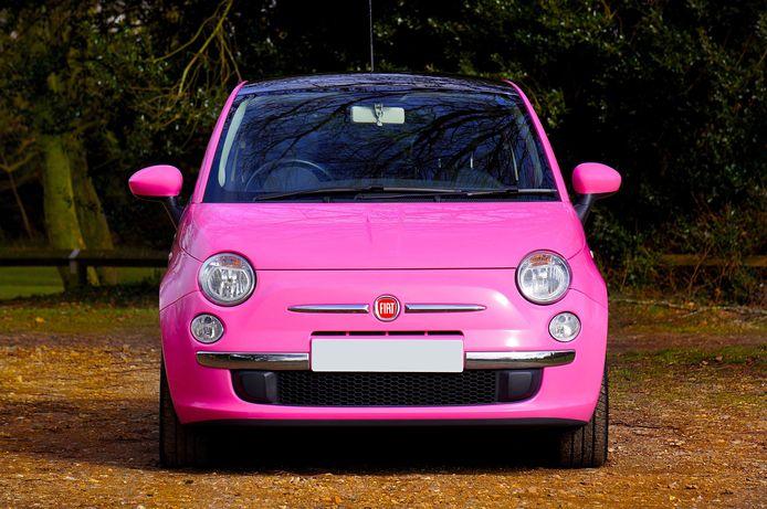 Een roze Fiat 500