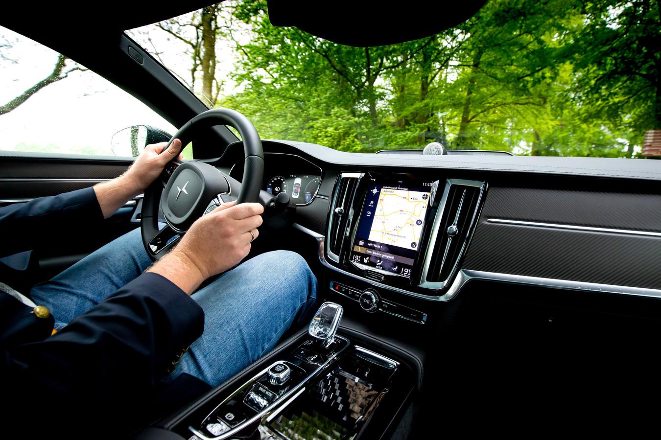 Het dashboard stamt - op wat logo's na - volledig uit bestaande Volvo-modellen. FOTO BART HOOGVELD