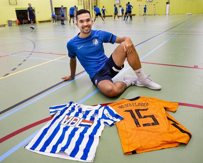 Eindhoven ED2021 13025 *Dennis van den Eijnden* zaalvoetballer Dennis van den Eijnden gaat dit seizoen met FC Eindhoven om de titel strijden en met Oranje deelnemen aan het EK. Hij heeft van beide teams een shirt bij voor de foto. Shirt van Oranje is een compleet nieuwe stijl.