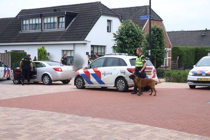 Politie controleert een voertuig op de kruising van de Grotebrugse Grintweg en de Peppellaan in Tiel.