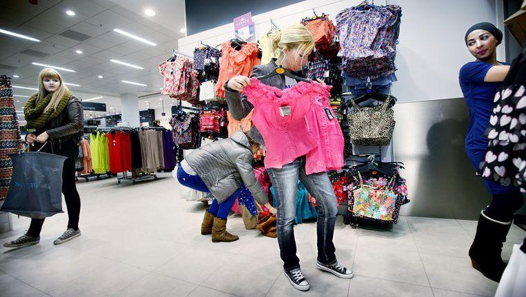Klanten zoeken kleding uit bij Primark. Beeld Jean-Pierre Jans