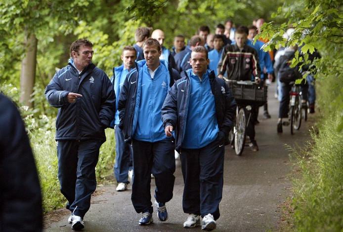 2004: Assistent-bondscoach Wim van Hanegem wandelt door het bos met Sneijder en Van der Vaart.