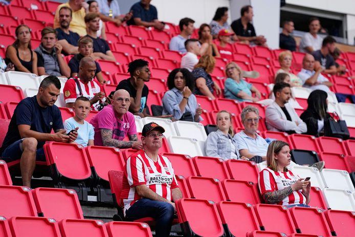 Supporters van PSV tijdens het oefenduel met Vitesse