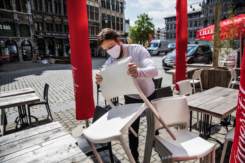Op het terras van het Antwerpse eetcafé Bonaparte wordt alvast alles in gereedheid gebracht voor zaterdag.  Beeld Aurélie Geurts