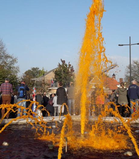 Fontein Schijndel spuit oranje water op Bevrijdingsdag